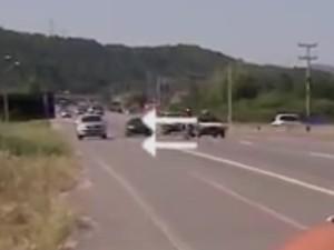 RBS TV flagra motorista dirigindo pelo acostamento (Foto: Reprodução/RBS TV)