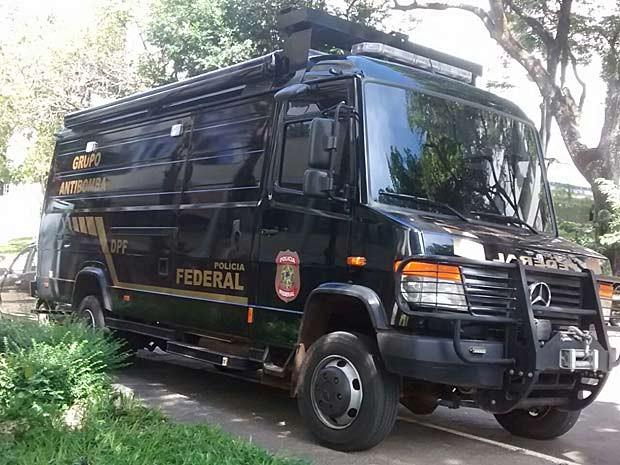 Caminhão do Grupo Antibomba da Polícia Federal estacionado em frente de prédio na Asa Norte, em Brasília (Foto: Isabella Calzolari/G1)
