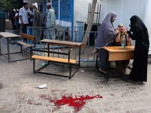 Mulheres reagem após ataque a uma escola da ONU em Rafah neste domingo (3) (Foto: REUTERS/Ibraheem Abu Mustafa)