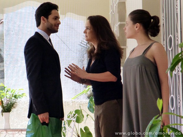 Neide bate a porta na cara de Rafael e o advogado fica sem poder visitar Linda (Foto: Amor à Vida / TV Globo)