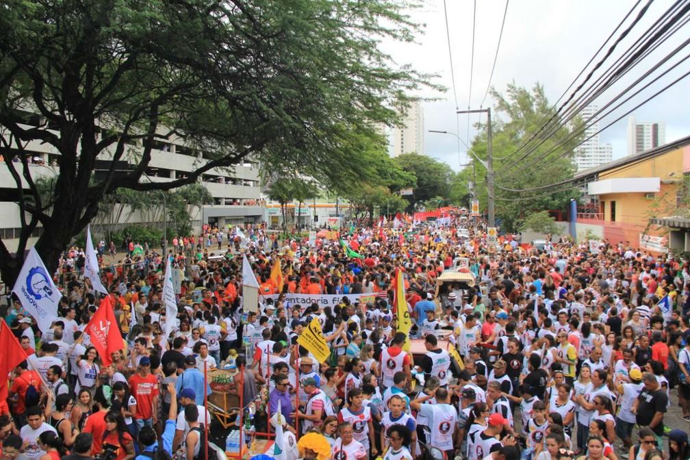 Manifestantes se concentram em frente ao IFRN na Avenida Salgado Filho (Foto: Wendell Jefferson)