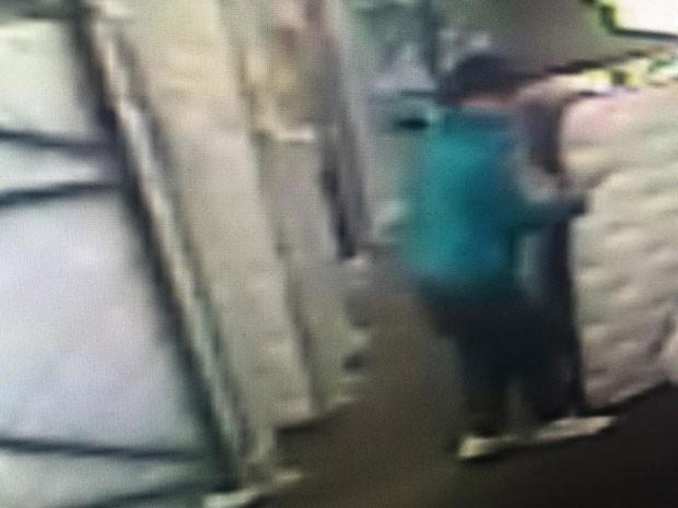 Homem foi flagrado pelas câmeras de segurança roubando colchão em loja em Kamloops (Foto: Reprodução/Kamloops RCMP)
