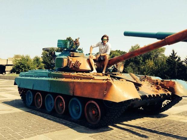 José Hermínio Victorelli, o Zellfie, em tanque de guerra na Ucrânia (Foto: Zellfie/Divulgação)