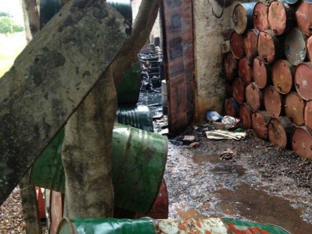 Bombeiros combatem fogo em fábrica de reatores em Campo Grande (Foto: Rodrigo Grando/Tv Morena)