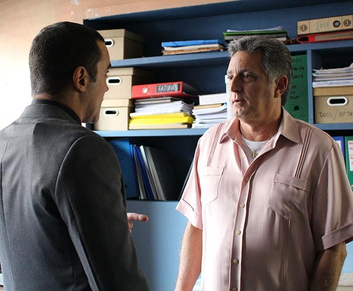 Jorge fica surpreso com a notícia e passa por interrogatório da polícia (Foto: Thaís Dias/Gshow)