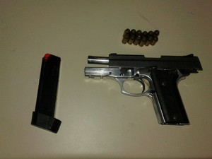 Arma apreendida com suspeito de roubos, mortes e adulteração de chassi (Foto: Divulgação/ Polícia Militar)