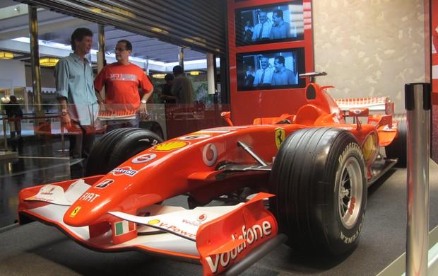 Réplica do 248 F1, monoposto da temporada 2006, decora a loja (Foto: Túlio Moreira / Globoesporte.com)