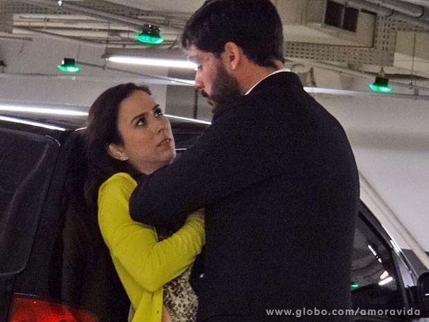 Maciel ataca (Foto: Amor à Vida/ TV Globo)