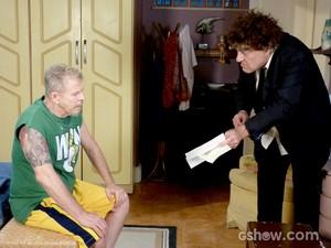 Juscelino lê papel para o amigo (Foto: Pé na Cova/ TV Globo)