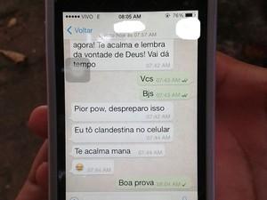 No IFPA, onde também foi aplicada a prova, candidata usava telefone celular (Foto: Karla Lima/G1)