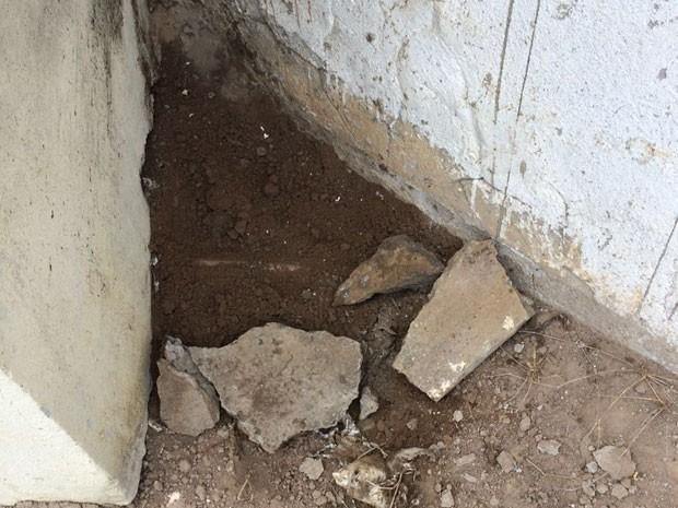 Explosivos foram encontrados na base do muro na parte externa do presídio (Foto: Aldo Matos/Acorda Cidade)
