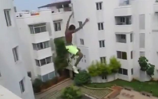 Rapaz foi filmado saltando de prédio de 5 andares em direção à piscina (Foto: Reprodução/YouTube/RM V)