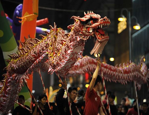 Participantes da festa de Ano Novo Lunar chinês fazem a dança do dragão, nas ruas de Hong Kong. (Foto: Antony Dickson/AFP Photo)