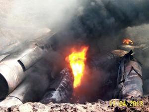 Vagões carregados com combustível incendiaram após tombamento (Foto: Divulgação/PMA)