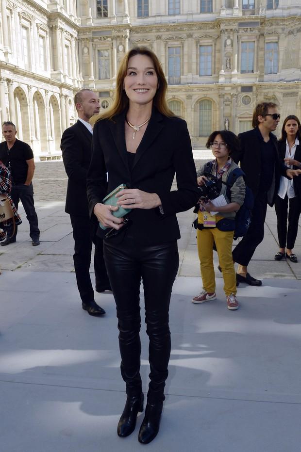 Carla Bruni vai ao desfile da Dior, em Paris (Foto: AFP)