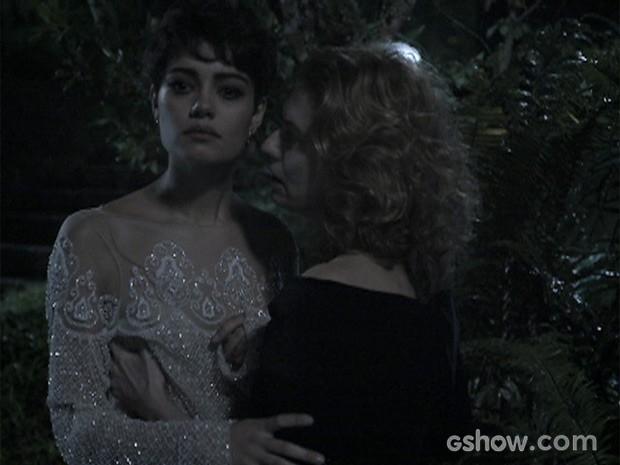 Angela tentou impedir Duda de ver o corpo de Bruno morto (Foto: O Rebu / TV Globo)