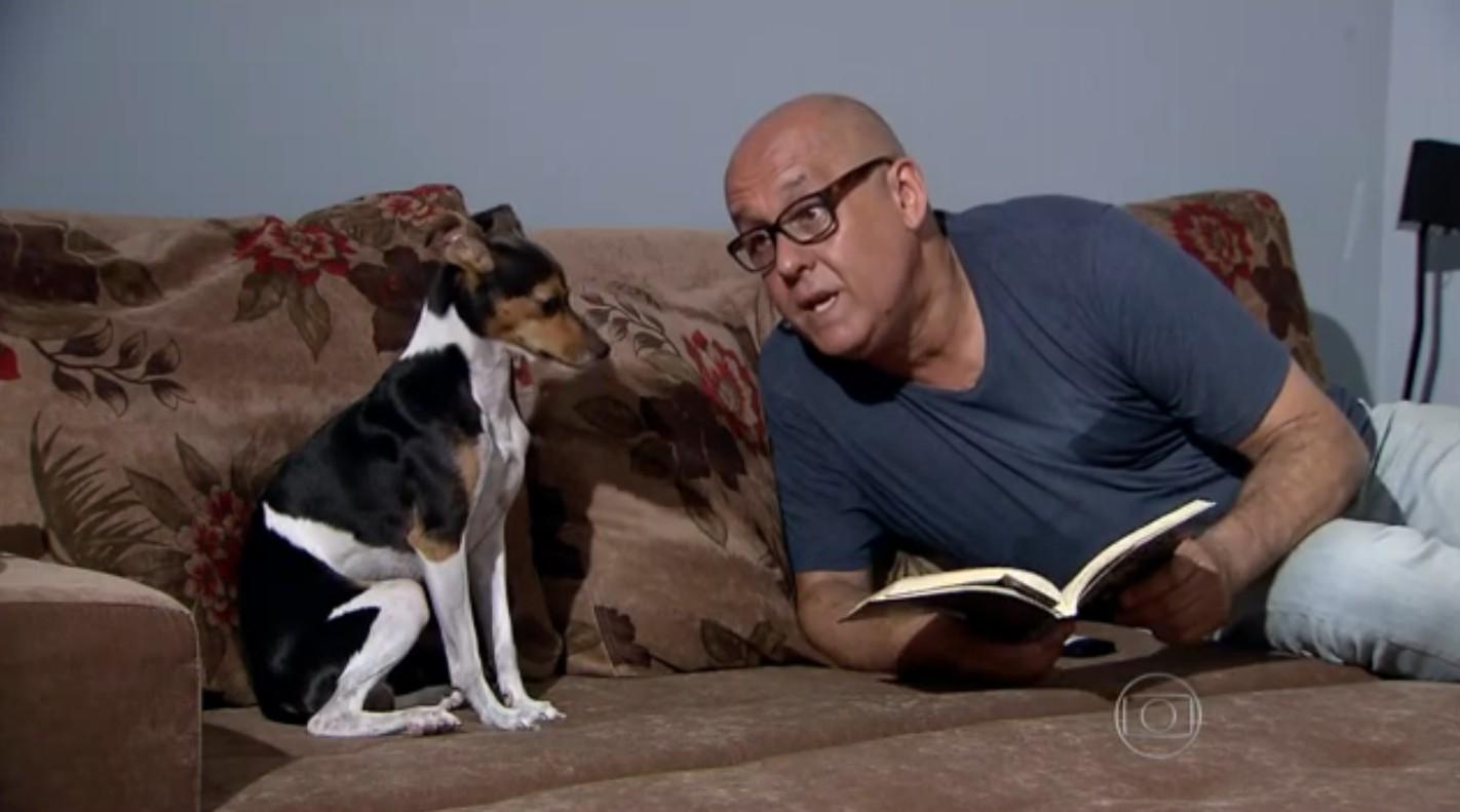 Marcelo Petit e seu cãozinho Jack (Foto: Reprodução/TV Globo)
