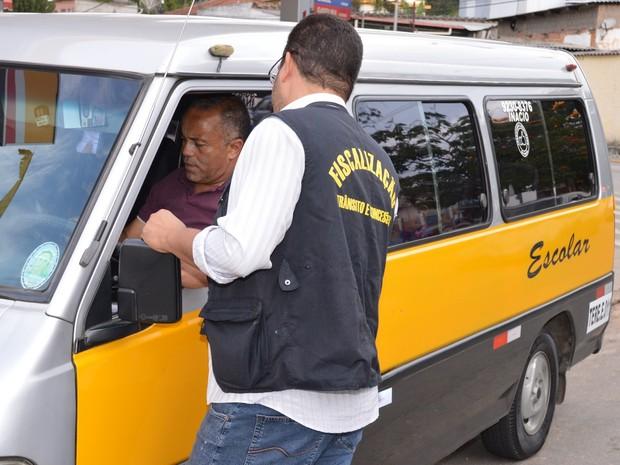 Fiscalizacao vans (Foto: Marco Esteves)