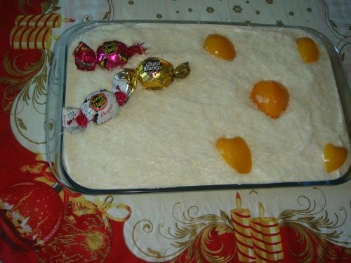 Torta mista com bombom e pêssego