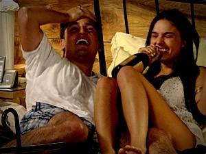 Eles se divertem durante a noite (Foto: Avenida Brasil / TV Globo)