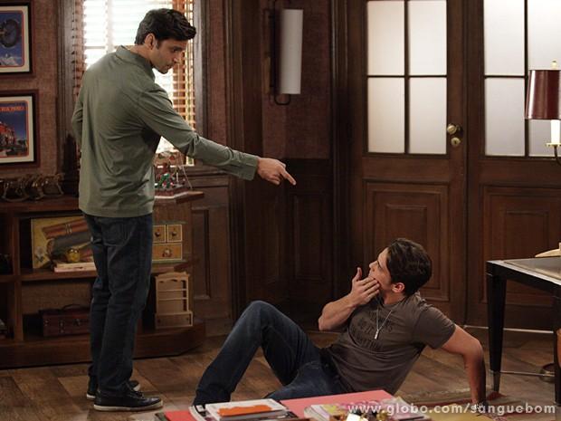 O playboy se diz arrependido, mas Érico não o perdoa (Foto: Sangue Bom/TV Globo)