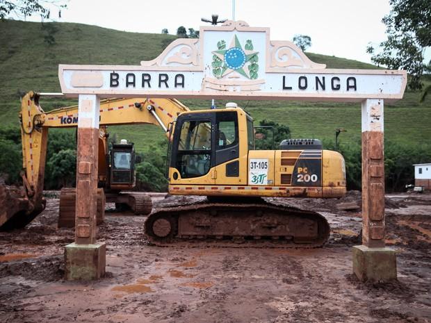 Praça central de Barra Longa, à beira do Rio do Carmo, foi completamente tomada por lama (Foto: Fábio Tito/G1)