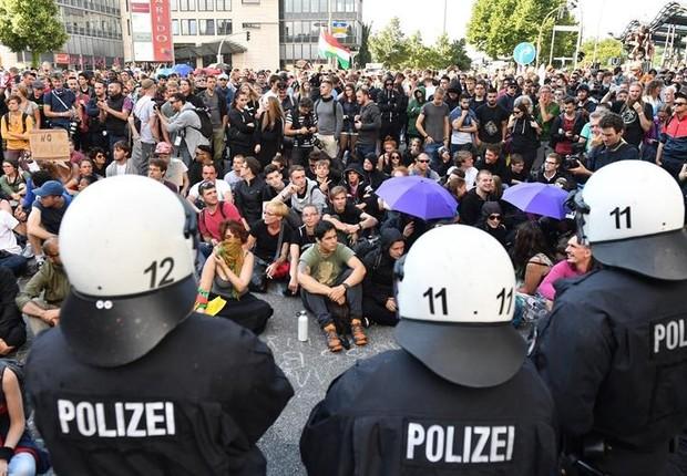 Manifestantes protestam contra o G20, em Hamburgo, na Alemanha (Foto: LUKAS BARTH/EFE/EPA)