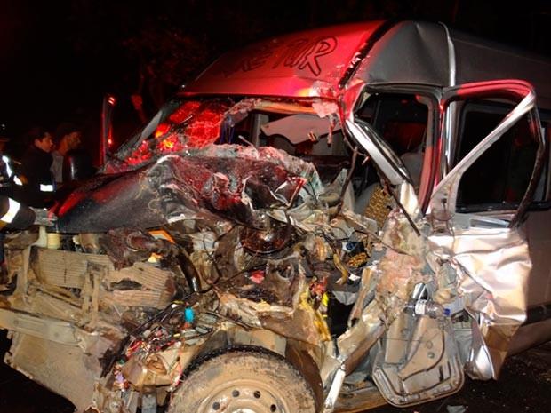 Van ficou destruída após batida frontal com ônibus na BR-242 (Foto: Fernandez Fernandes/Blog do Sigi Vilares)