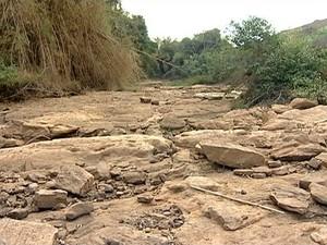 Situação do Rio Santa Joana, em Itaguaçu (Foto: Reprodução/ TV Gazeta)