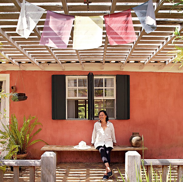 Na varanda da arquiteta Ivana Marcondes Rodrigues, Bandeirinhas da Felicidade (símbolo budista) trazem tranquilidade. Tente você também! (Foto: Victor Affaro e Lufe Gomes/Editora Globo)