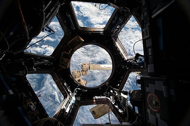 A superfície da Terra vista pela janela na cúpula da Estação Espacial Internacional (Foto: Nasa)