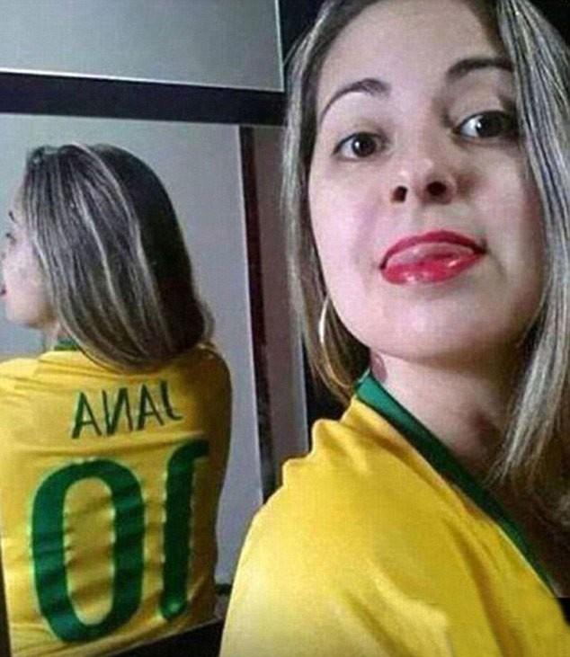 O espelho deu à jovem um novo nome na camisa