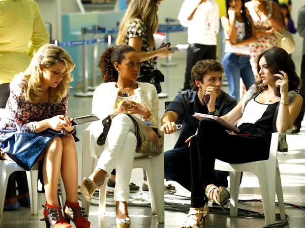 Protagonistas descansam durante intervalo da gravação (Foto: Cheias de Charme / TV Globo)