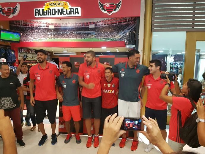 Jogadores distribuíram autógrafos em Manaus (Foto: Divulgação)