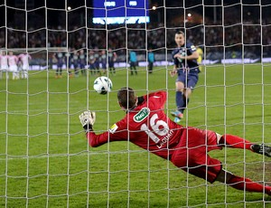 Ibrahimovic pênalti Evian PSG (Foto: Reuters)