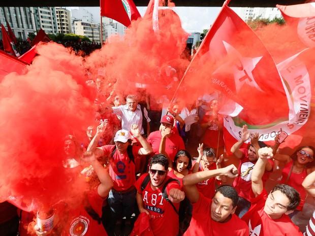 Manifestantes soltam fumaça vermelha durante protesto em defesa do governo de Dilma Rousseff e do ex-presidente Lula na Avenida Paulista, em São Paulo (Foto: Marcelo D. Sants/Framephoto/Estadão Conteúdo)
