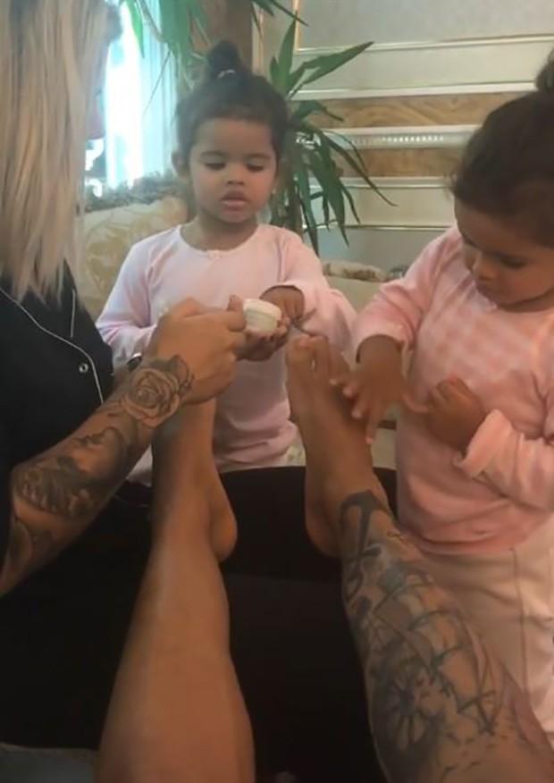 Dani Souza com seus filhos (Foto: Reprodução / Instagram)