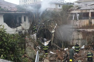 Jato caiu em casas após arremeter (Walter Mello/A Tribuna de Santos/Folhapress)