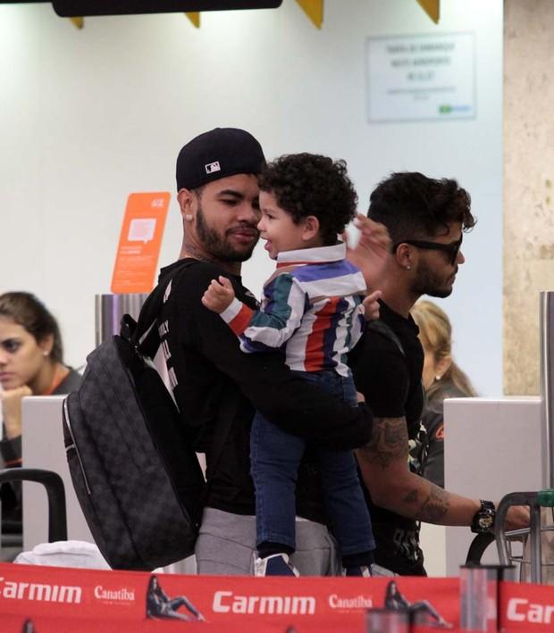 Dentinho no aeroporto (Foto: Orlando Oliveira / AgNews)