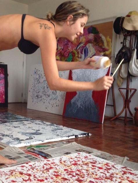 Luiza Curvo pintando (Foto: Arquivo pessoal)