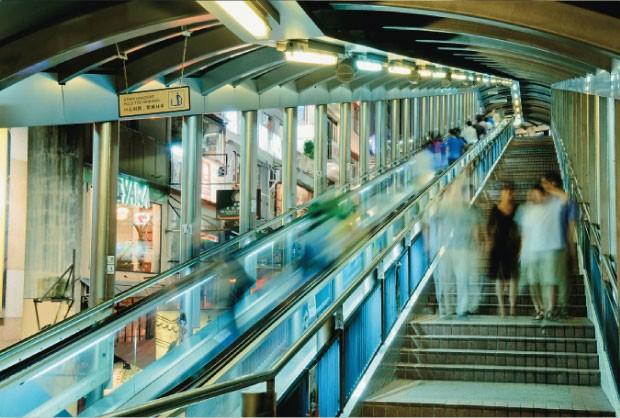 MOBILIDADE Mid Levels Escalator,  no centro de Hong Kong. O maior conjunto  de escadas rolantes do mundo complementa  o transporte urbano  (Foto: Bonaventure/Getty Images )