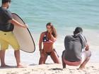 Nicole Bahls posa sexy para ensaio na praia