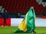 Silêncio e homenagem de Cavani: PSG vence Angers e lembra Chape