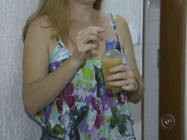 Moradora usa repelente natural e ensina receita que leva 5 dias (Foto: Reprodução/ TV TEM)