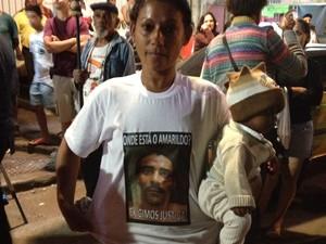 Mulher de Amarildo vesta camisa com a pergunta sobre o paradeiro dele  (Foto  Lívia 35fdb64a81670