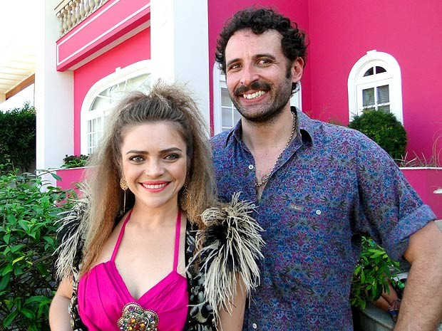 Ttina Medeiros e Cesar Ferrario são o divertido casal Socorro e Morvan (Foto: Cheias de Charme / TV Globo)