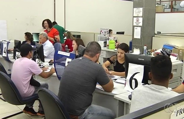 Carteiras de Trabalho voltaram a ser emitidas em alguns postos, em Goiás (Foto: Reprodução/TV Anhanguera)