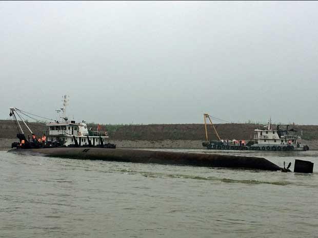 Navio de cruzeiro está de cabeça para baixo (Foto: AP Photo)