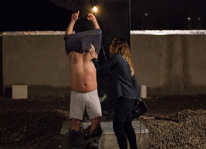Atena mente para homem e consegue fugir (Foto: Ellen Soares/ Gshow)