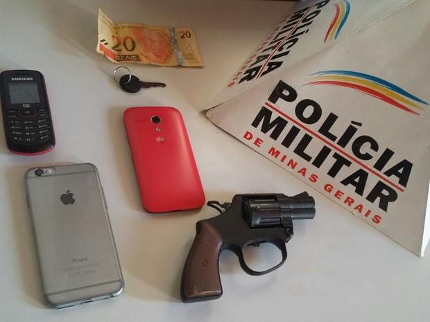 Celulares foram restituídos às vítimas dos roubos. (Foto: Polícia Militar/Divulgação)